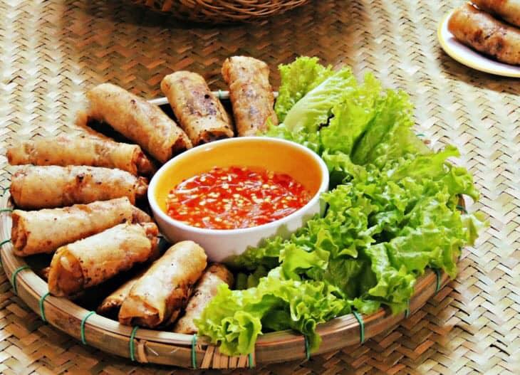 Tiệm ăn Cầu Rồng là một địa chỉ chuyên ẩm thực Đà Nẵng tọa lạc tại đường Vương Thừa Vũ