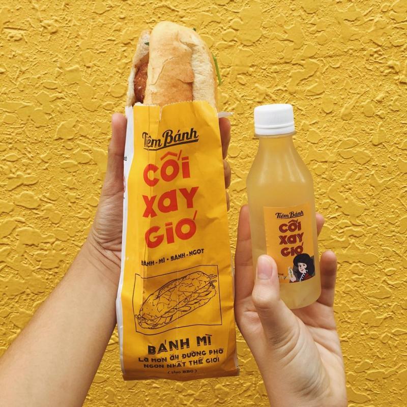 Tiệm Bánh Cối Xay Gió rất nổi tiếng với các loại bánh mỳ như bánh mì gà xé, bánh mì xíu mại, bánh mì cối xay gió….