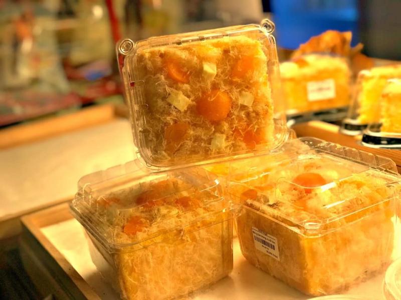 Bánh bông lan trứng muối bỏ trong những chiếc hộp đẹp mắt