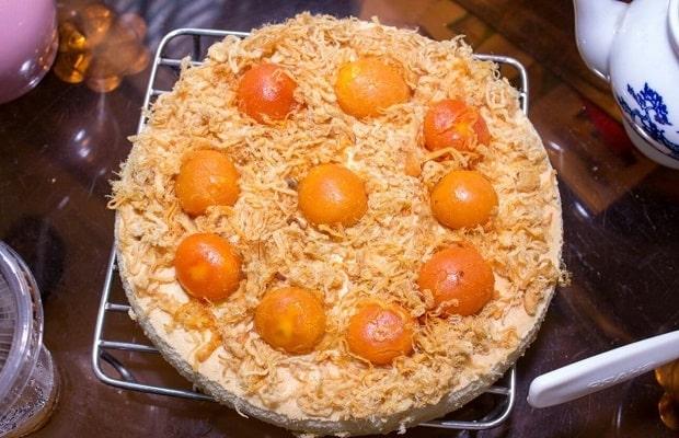 Lớp cốt bánh bông mềm, mịm màng, lớp phô mai dày và béo ngậy phủ đều mặt bánh, ruốc và trứng muối siêu nhiều.