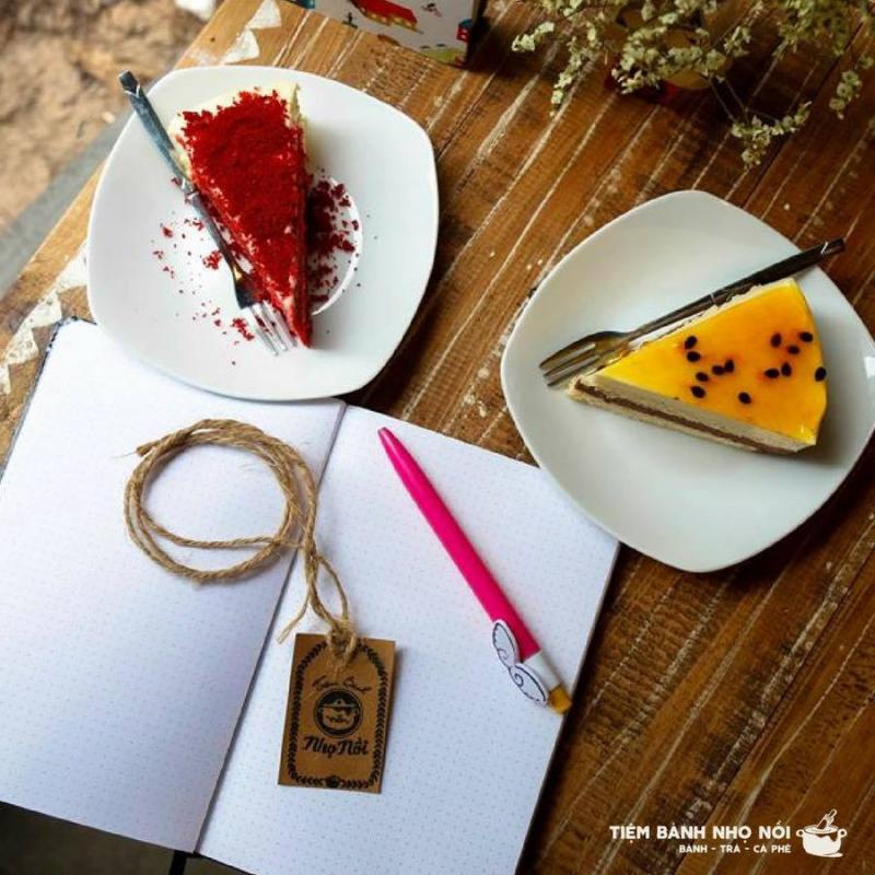 Một bàn ăn được trang trí họa tiết đáng yêu và bình hoa