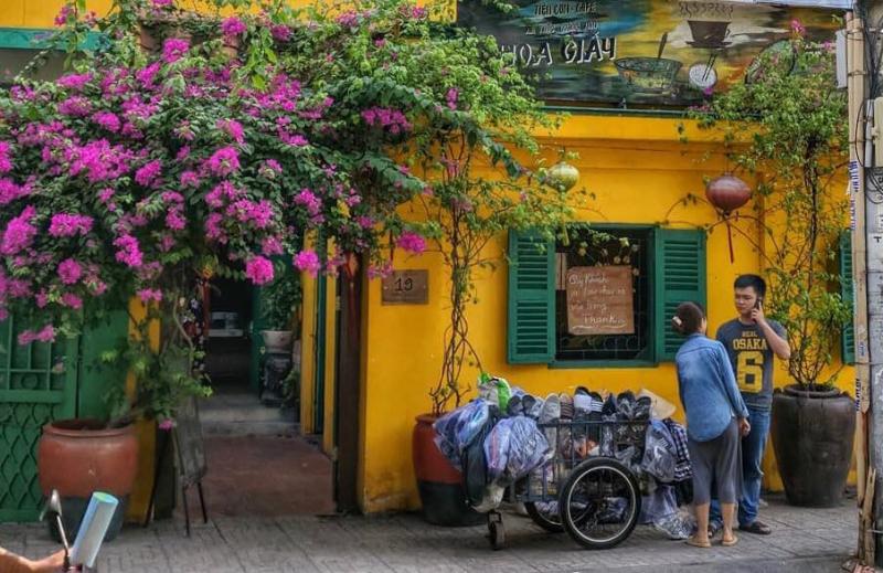Khung cảnh phía trước Tiệm cơm - cafe Hoa Giấy