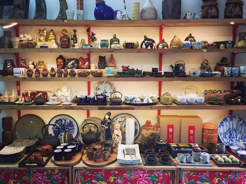 Kệ trưng bày của Tiệm Gốm