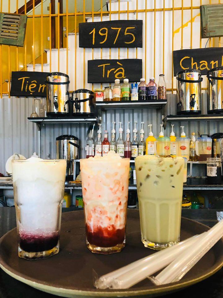 Không chỉ có trà chanh, quán còn có nhiều loại thức uống khác như trà kiwi, trà đào, trà sữa và cả các món ăn vặt như chân gà sả tắc, khô gà phục vụ nhu cầu của khách hàng.