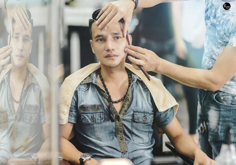 Cắt tạo kiểu cho khách hàng tại Tiến Đạt hair salon