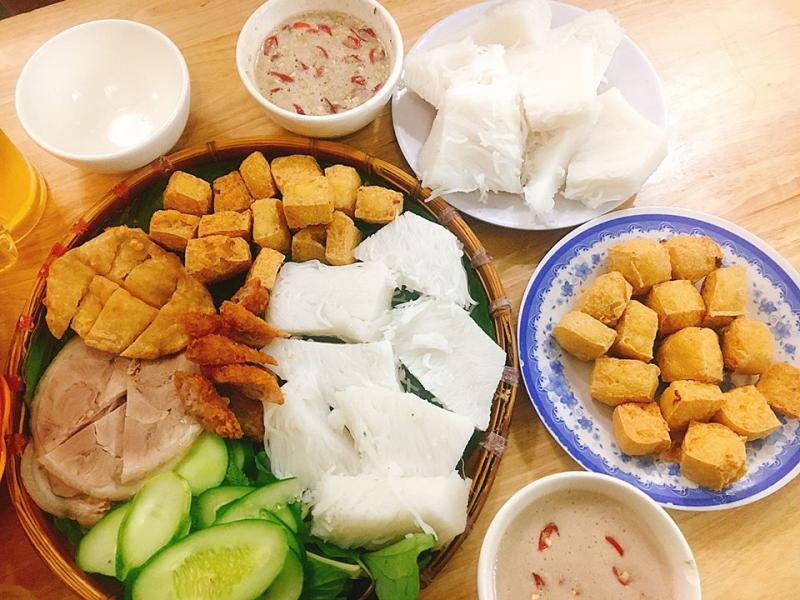 Bún đậu mắm tôm Tiến Hải có mức giá khá dễ chịu, khẩu phần không quá nhiều nhưng đủ để bạn thoả mãn cơn thèm bún đậu của mình.