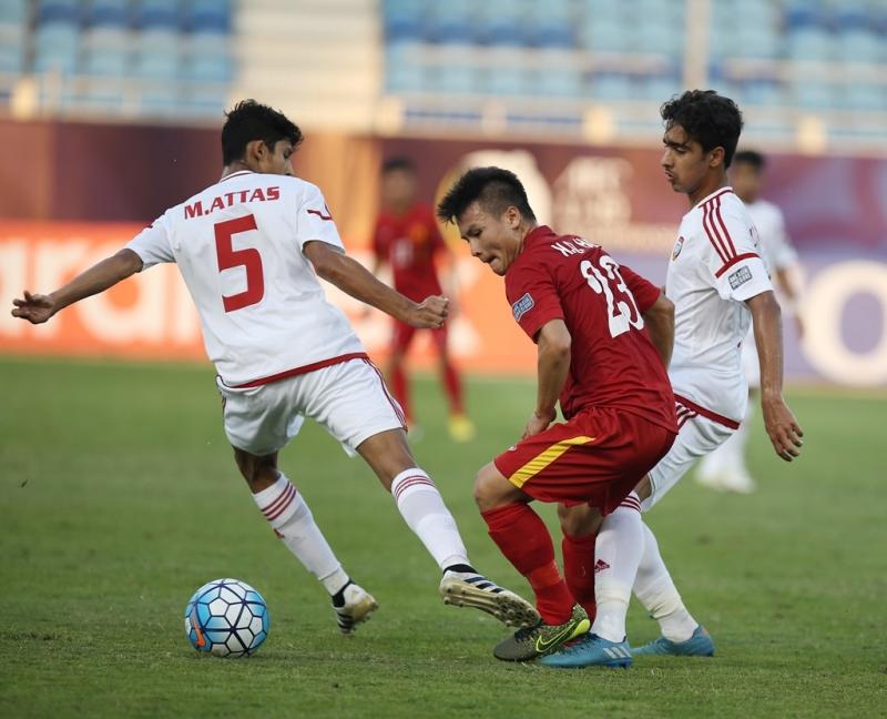 Quang Hải trong vòng vây của 2 cầu thủ UAE