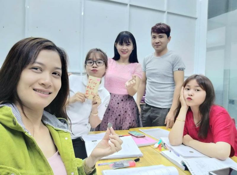 Đến đây bạn có thể lựa chọn theo học các lớp tiếng Hàn như: lớp cơ bản, lớp giao tiếp, luyện thi Topik hay ôn luyện để xuất khẩu lao động