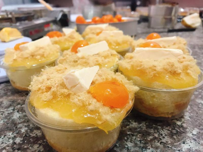 Bánh bông lan trứng muối thơm ngon, hấp dẫn tại Bếp Tiết Ú