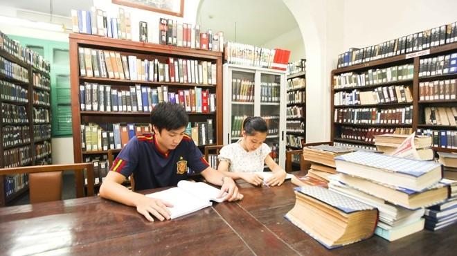 Thay vì ôn tập ở nhà, chúng ta có thể ra thư viện để học bài