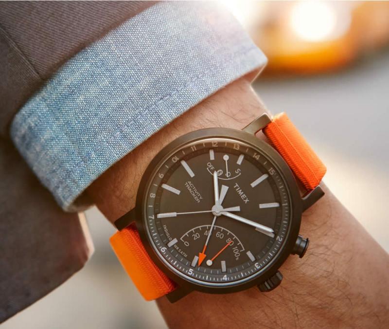 Hãng đồng hồ này có mặt từ rất lâu rồi, và cho tới hiện tại Timex là một trong những hãng đồng hồ nổi tiếng thế giới. Chiếc Timex Activity Tracker này có giá là 3 triệu.
