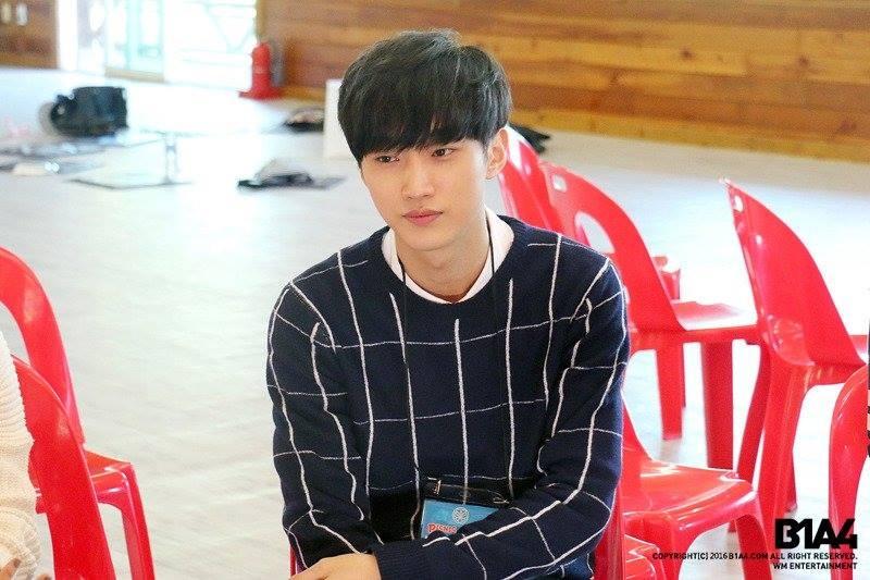 Jin Young là một chàng trai mạnh mẽ sau vẻ ngoài có vẻ mỏng manh