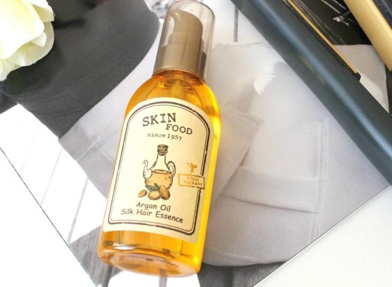Tinh chất dưỡng tóc có trong Skinfood Argan oil silk hair essence giúp phục hồi tóc khô, hư tổn