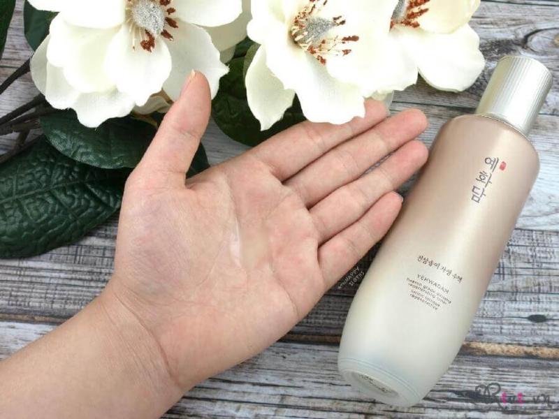 Tinh chất dạng gel, mùi sâm nhẹ, apply lên mặt lập tức tan và thấm vào da, không bết dính, không nặng mặt.