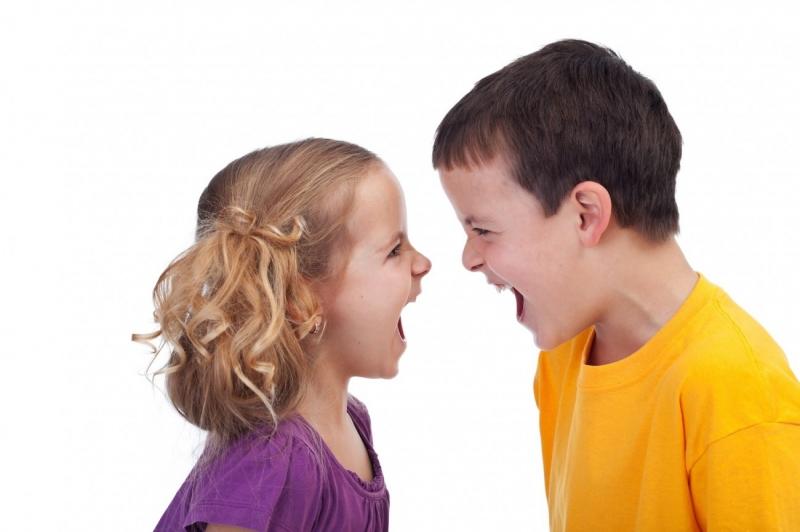 Tình huống khó xử: Làm gì với trẻ hay đánh bạn