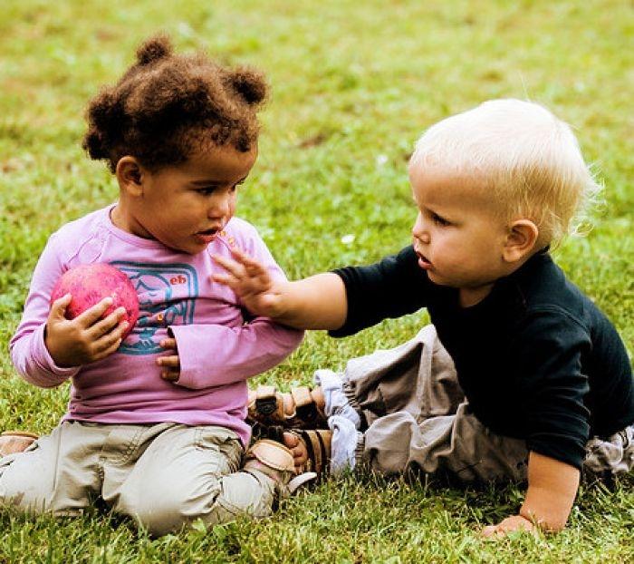 Tình huống khó xử: Trẻ tranh giành đồ chơi