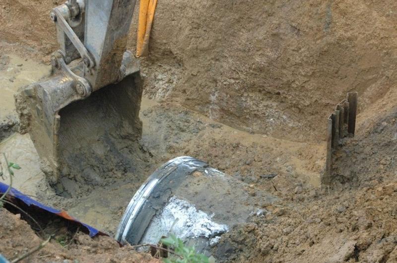 Vỡ ống, mất nước là tình trạng thường thấy ở Hà Nội