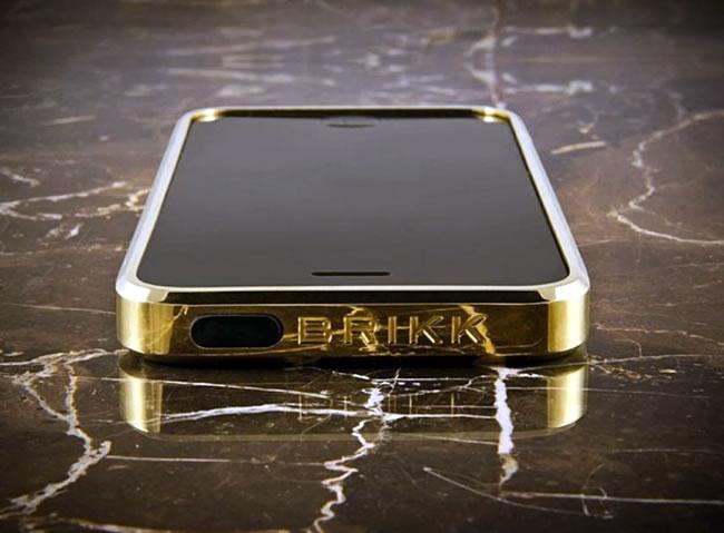 Ốp lưng Titanium Case from Brikk có giá 4.430 USD