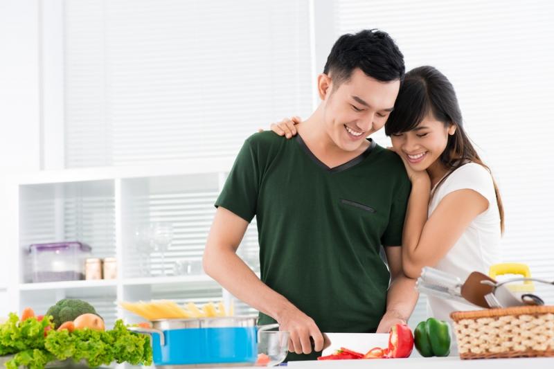 Trổ tài vào bếp chuẩn bị bữa ăn cũng là một cách để thể hiện sự đảm đang