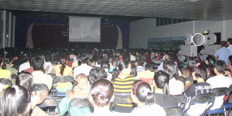 Tổ chức chiếu phim về đề tài cách mạng