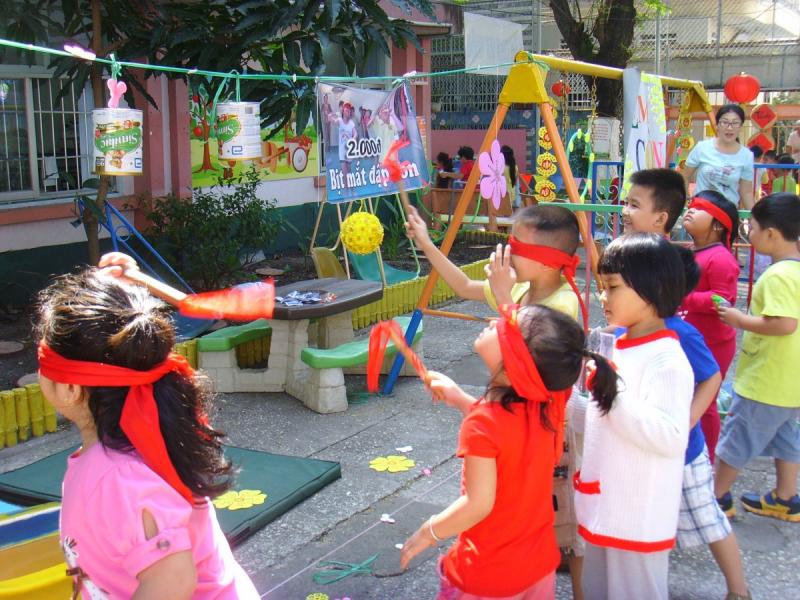Tổ chức chơi trung thu: trò Bịt mắt đập niêu