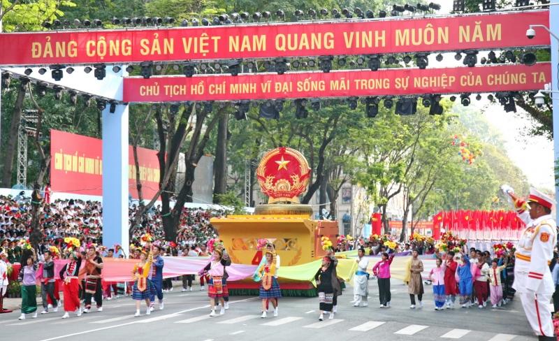 Hình ảnh Quốc kỳ nước CHXHCN Việt Nam đang tiến vào lễ đài