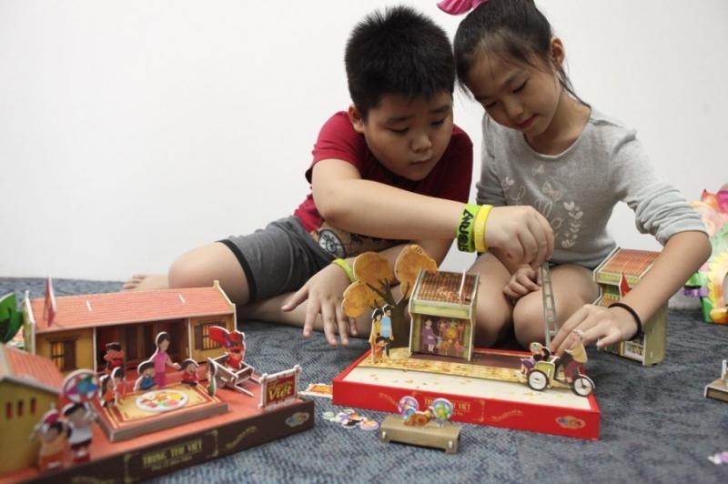 Tổ chức Trung thu cho các bé chơi ghép hình
