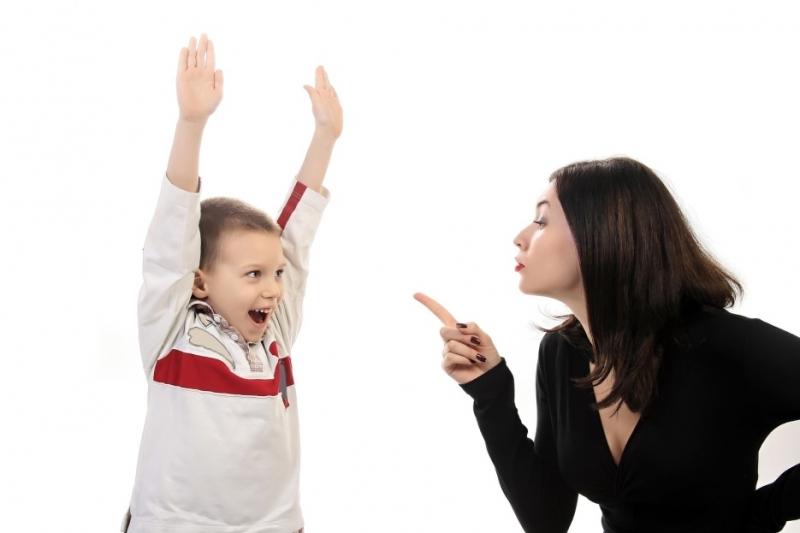 Tỏ thái độ với trẻ trước mặt người lạ