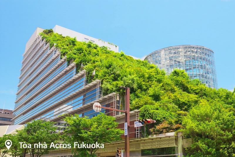 Tòa nhà có hình dáng như một kim thử tháp phủ đầy thảm thực vật xanh tươi