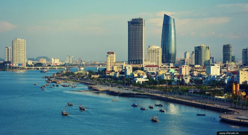 Tòa thị chính Đà Nẵng nhìn từ sông Hàn
