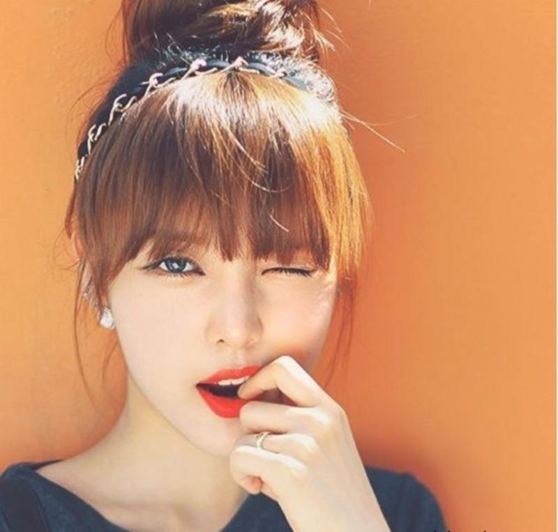 Tóc búi cao kết hợp với mái bằng khiến bạn vô cùng đáng yêu và xinh xắn