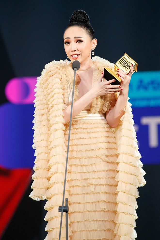 Ca sĩ Tóc Tiên phát biểu trên sân khấu nhận giải