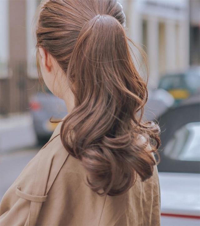 Kiểu tóc đuôi ngựa buộc cao đơn giản và năng động