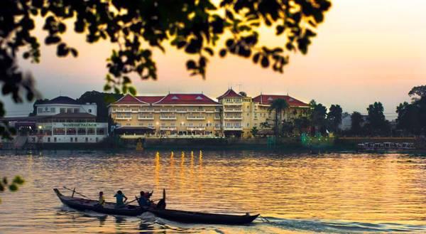 Khách sạn Victoria Châu Đốc soi bóng bên dòng sông.
