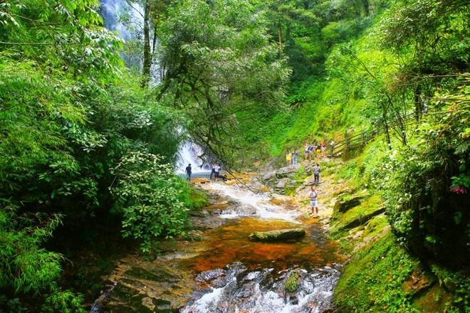 Trên đường tới thác Tình Yêu du khách sẽ bắt gặp con suối Vàng