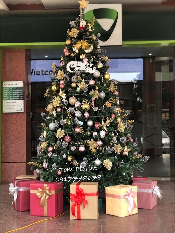 Cây thông Noel ấn tượng của Tom florist được nhiều khách hàng ủng hộ
