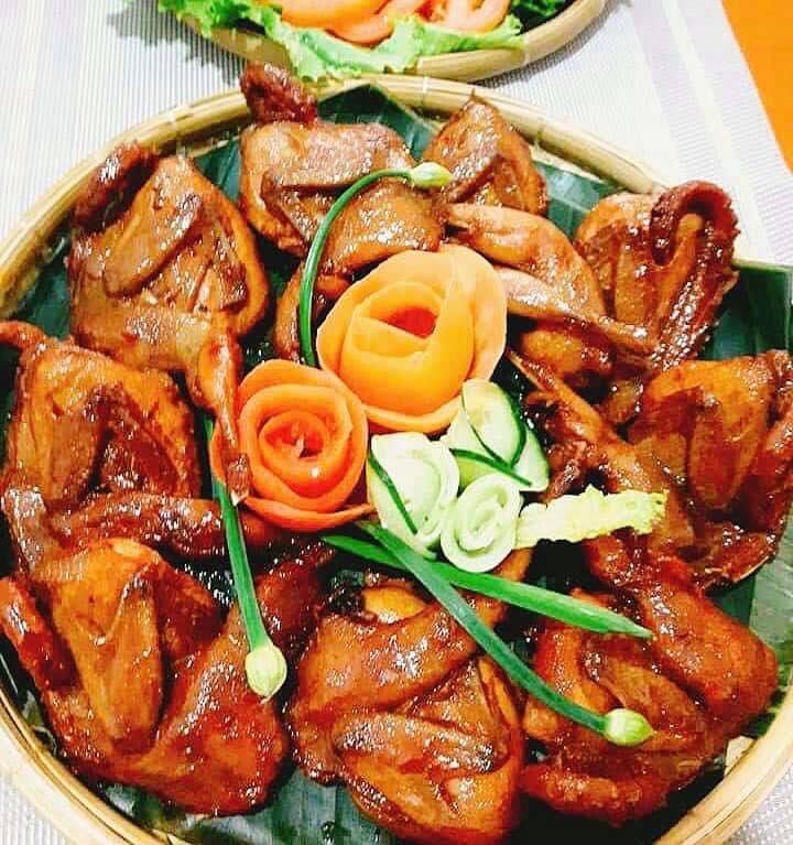 Đồ ăn tự chọn tại quán cũng cực kỳ phong phú, thực khách có thể thoả sức lựa chọn.