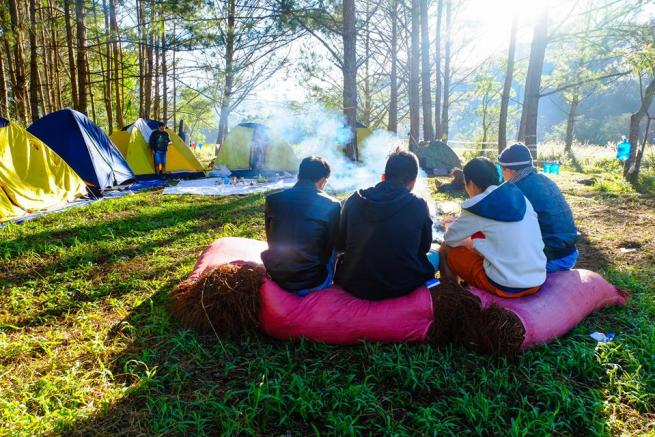 Du khách cắm trại và qua đêm cùng nhau ở hồ Tuyền Lâm