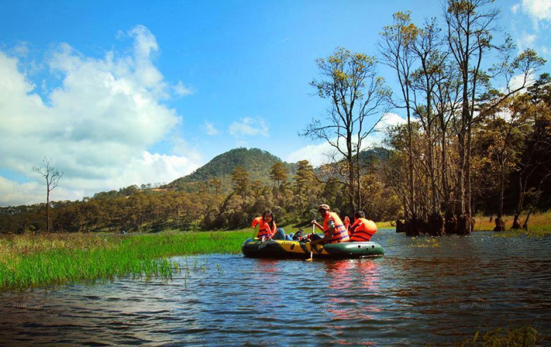 A scene from the boating tour to see the maple leaves on Tuyen Lam Lake - Da Lat