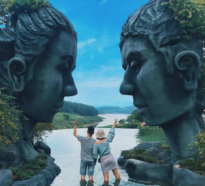 Infinity Lake (Sculpture Tunnel Tourist Area)