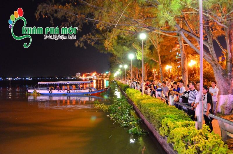 Không khí yên bình và phong cảnh miền sông nước hữu tình.