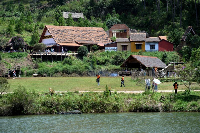 Làng Cù Lần với nét hoa văn, kiến trúc đặc trưng lâu đời uôn thu hút đông đảo khách du lịch