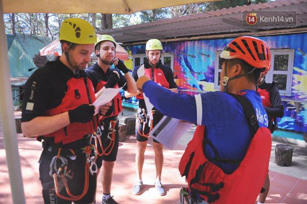 Hướng dẫn viên giúp du khách chuẩn bị kĩ năng cần thiết khi chuẩn bị leo thác