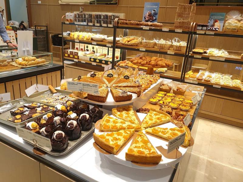 Bánh tại cửa hàng được trình bày đẹp mắt, để bạn thoải mái chọn lựa theo ý thích.