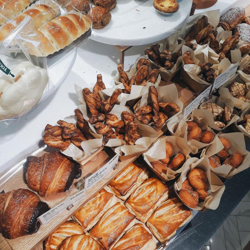 Khoác bên ngoài một vẻ hiện đại, sang trọng nhưng giá của những chiếc bánh ở Tour Les Jours thì không hề như vậy.