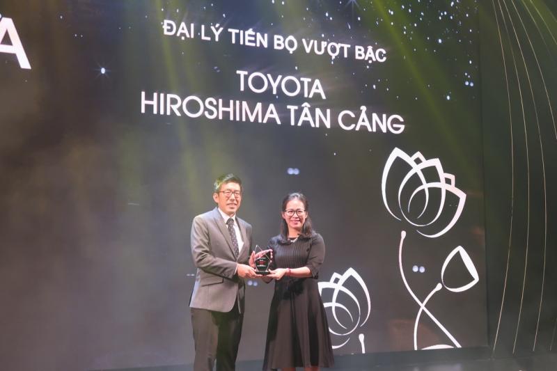 Ông Akihiko Sato (Tổng giám đốc) nhận giải thưởng từ Toyota Việt Nam