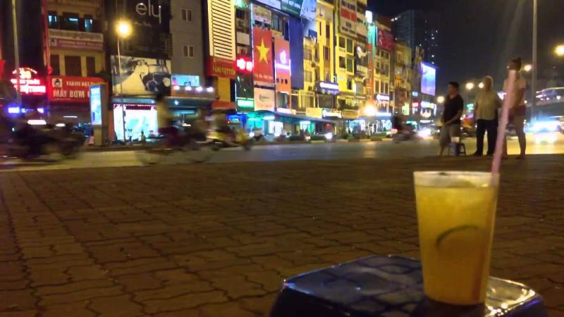Khung cảnh vừa ngồi trà chanh vừa ngắm đường phố.