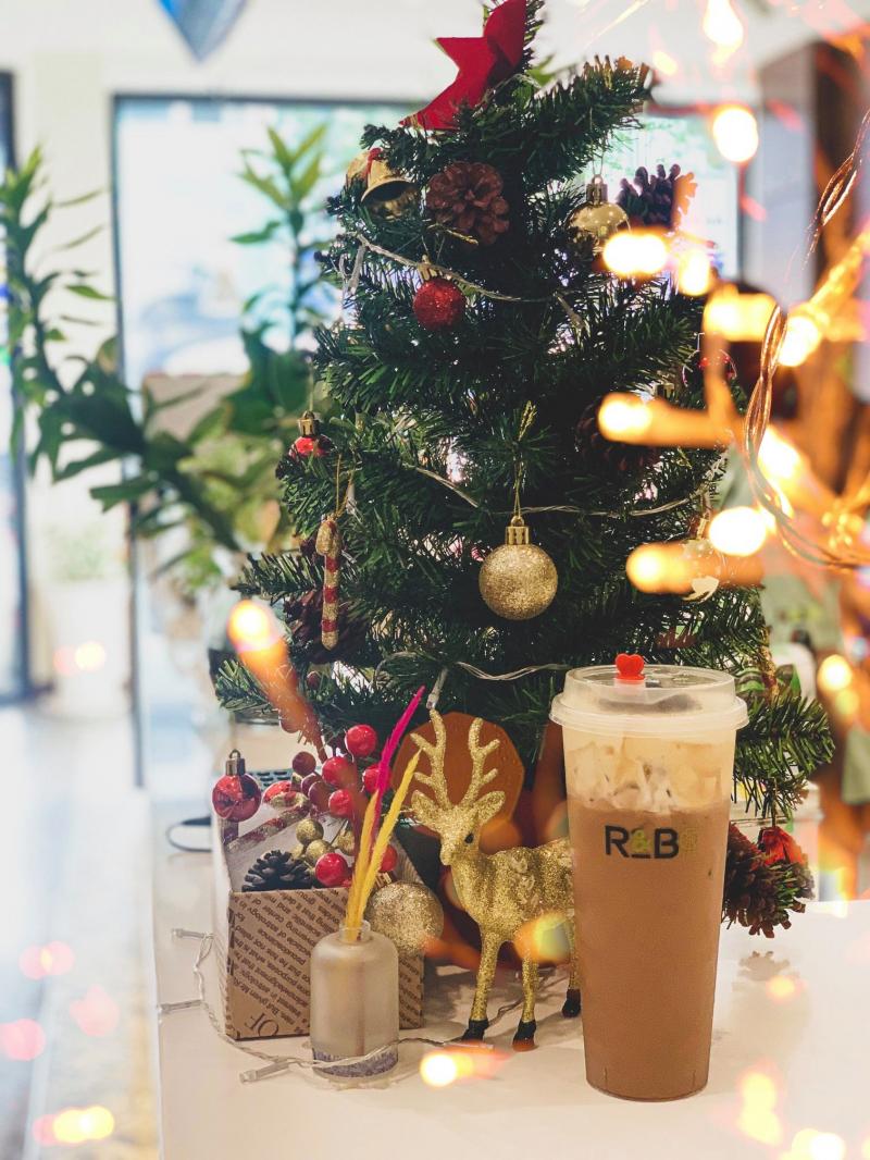 Quán trà sữa R&B Tea được trang trí theo tông trắng làm chủ đạo cùng ánh đèn vàng khiến cho không gian lại càng trở nên sang trọng, rộng rãi và sáng sủa hơn bao giờ hết