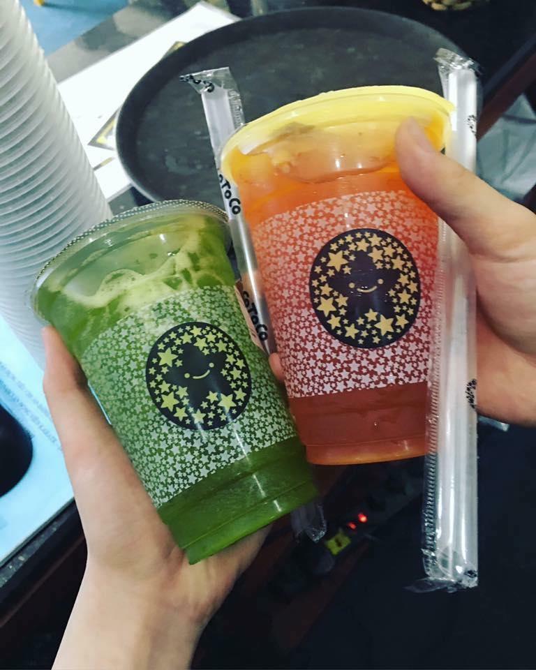 Trà Xanh Collagen và VitaminC Kiwi Chanh leo (bên trái) và Trà xanh Đào Dâu tây (bên phải)