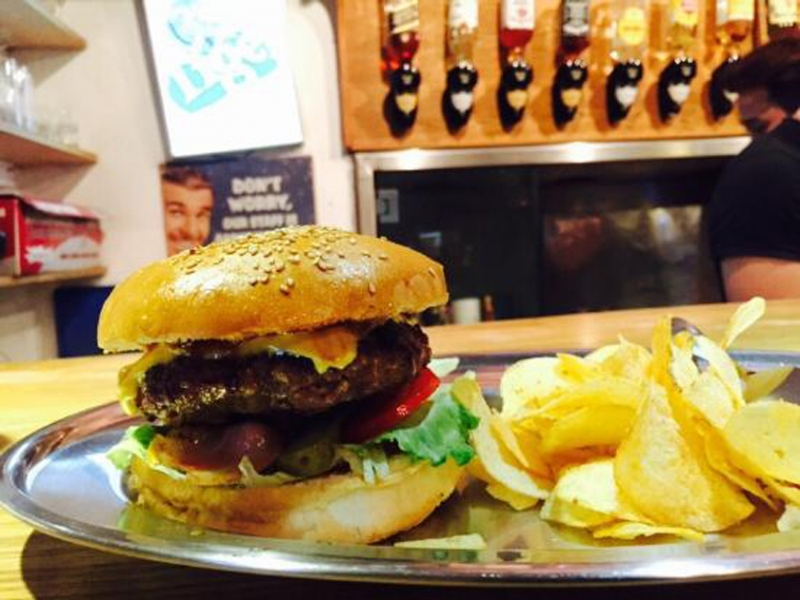 Hamburger ở Tracy's Pub and Grill